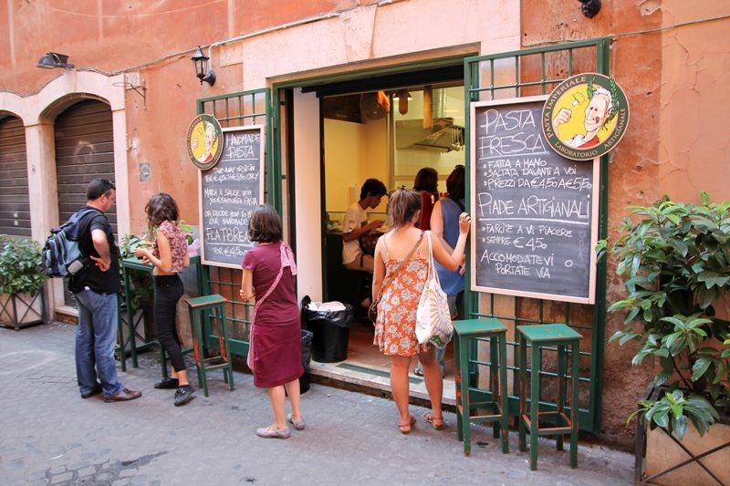 Kurztrip Rom: In der Altstadt gibt´s überall günstige und traditionelle Snacks