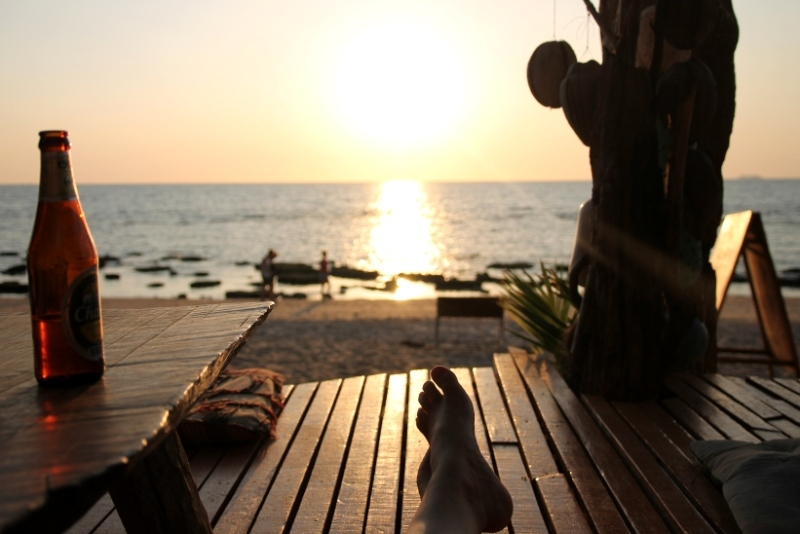 Günstig reisen und mehr Urlaub machen - wie hier, am Strand von Koh Lanta in Thailand