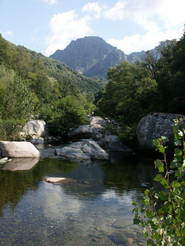 Ein Highlight auf unserer Korsika Rundreise: Zugang zum Fluss von unserer Unterkunft in Porto
