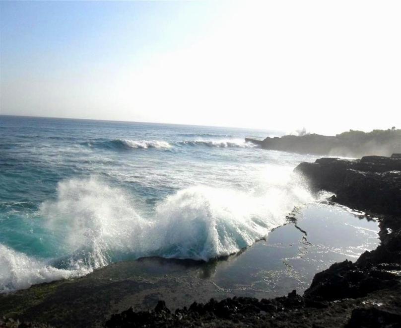 Gewaltiges Naturschauspiel auf Nusa Lembongan: Riesige Wellen treffen auf Klippen