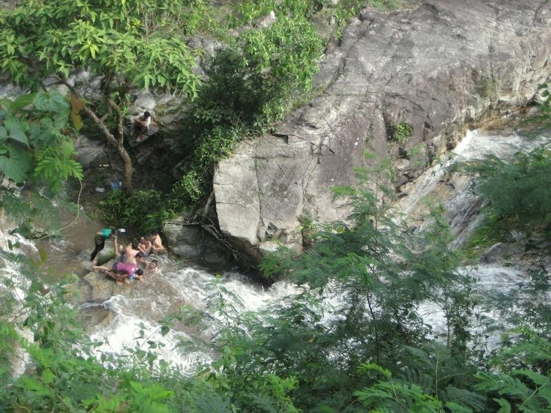 Ein Wasserfall auf dem Weg zum Wat Phra That auf dem Doi Suthep in Chiang Mai