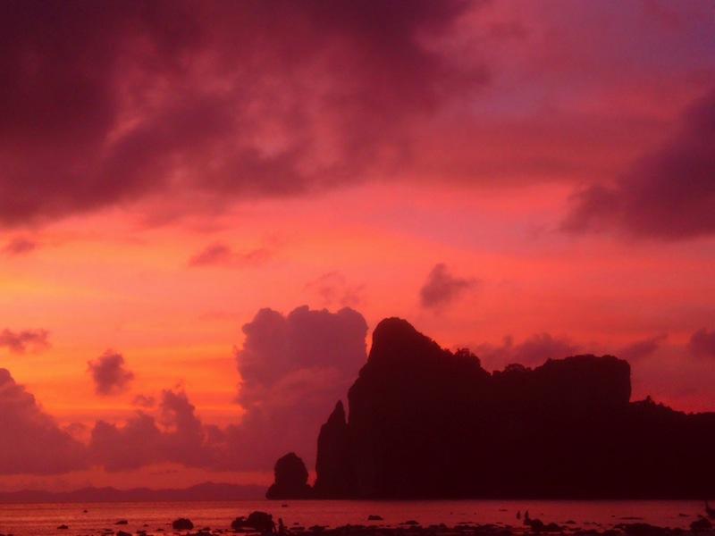 Vielleicht ist es ein bisschen kitschig, aber der Sonnenuntergang am Loh Dalam Beach ist doch wirklich wunderschön oder?