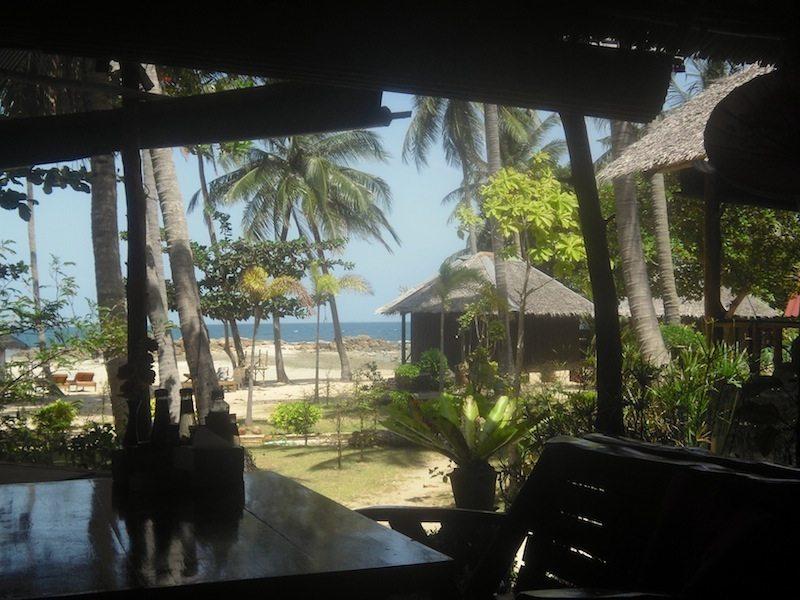 Blick auf den Palmenstrand und Bungalows unserer Unterkunft