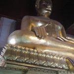 Eine der größten Buddha-Statuen von Thailand ist im Viharn Phra Mongkol Bopitah