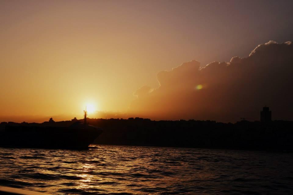 Fähre fahren auf dem Bosporus und Sonnenuntergang über Istanbul erleben