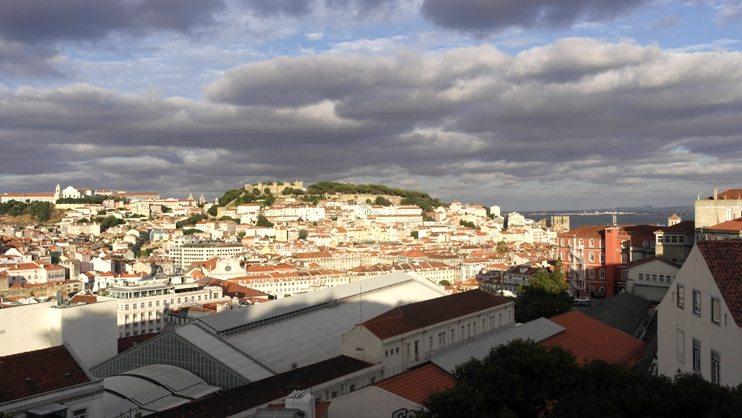 Miradouro im Bairro Alto offenbart den Blick über die weiße Stadt am Tejo