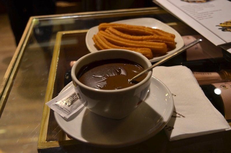Leckere spanische Schokolade mit Churros