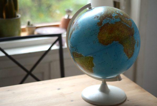 DIY-Geschenkidee: Globus aufgehübscht mit weißem Lack
