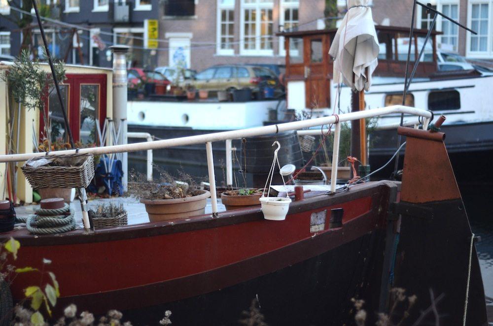 Leben auf einem Hausboot in Amsterdam
