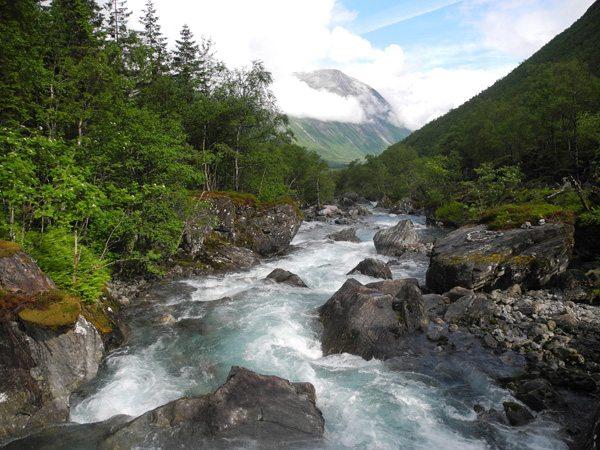 Rundreise Norwegen: Auf dem Weg von Andalsnes in Richtung Geiranger – Fluss nahe Trollstigen