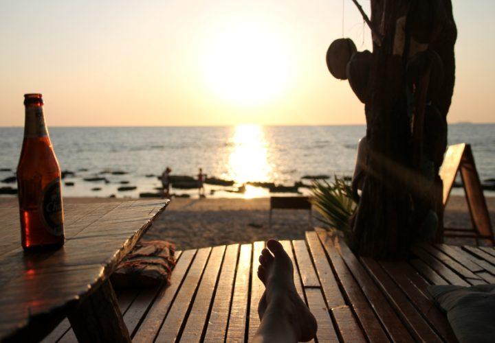 Sonnenuntergang genießen in einer Hippie-Bar auf Koh Lanta, Thailand