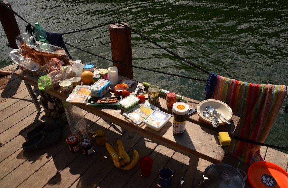 Schlemmerfruehstueck auf dem Sonnendeck unseres Hausboots