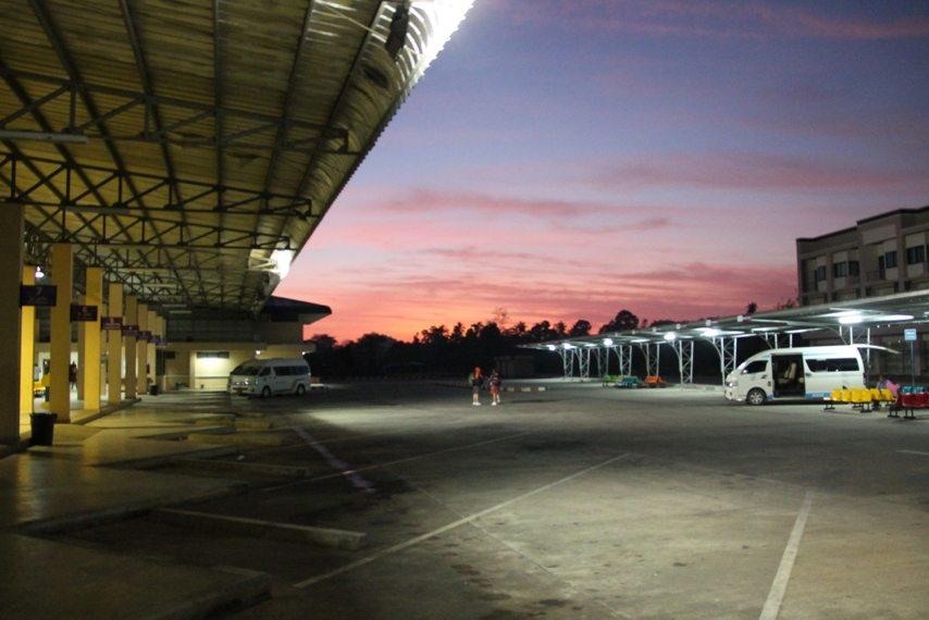 Busterminal in Krabi, Thailands Süden - Sonnenaufgang
