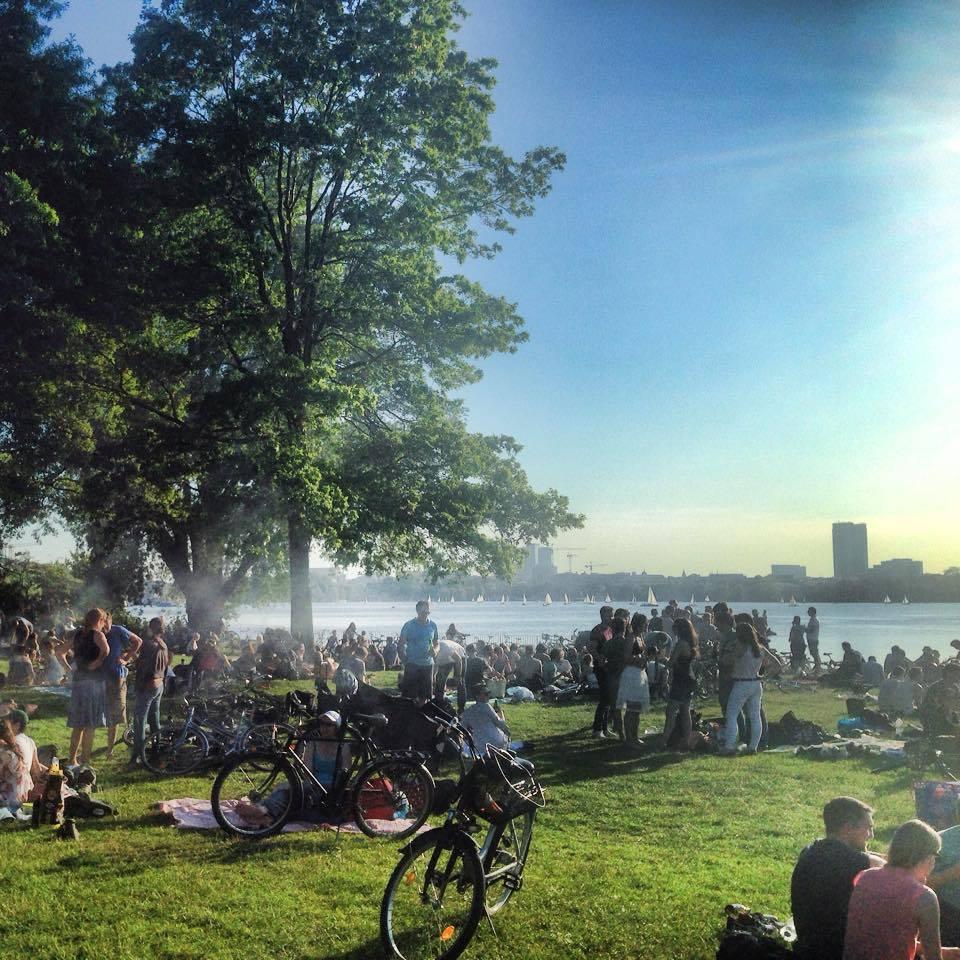 Insidertipp für ein Wochenende in Hamburg: Grillen am Schwanenwik an der Alster