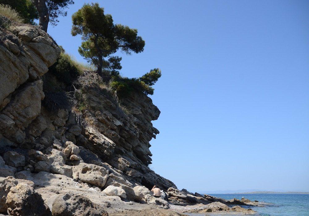 Rauhe felsige Buchten auf der Insel Agistri am Strand Chalikiada