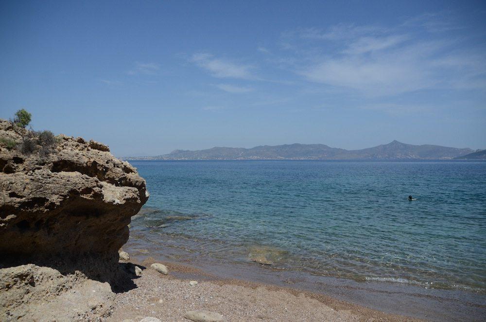 Glasklares Wasser am Strand von Agistri