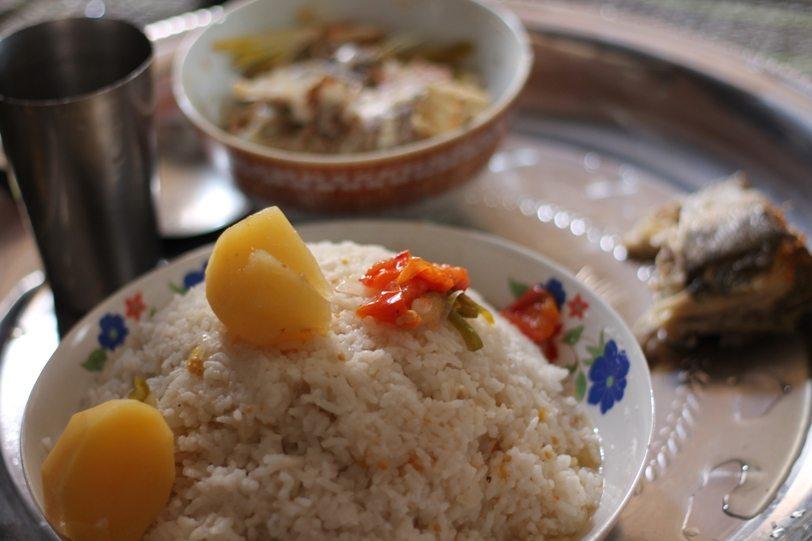 Essen auf Sansibar: Fisch mit Reis bei Einheimischen zuhause