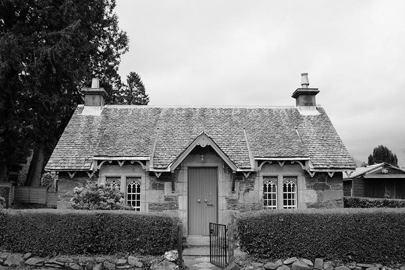 Traditionelle Häuser in Luss, einem Dorf am Loch Lomond in Schottland