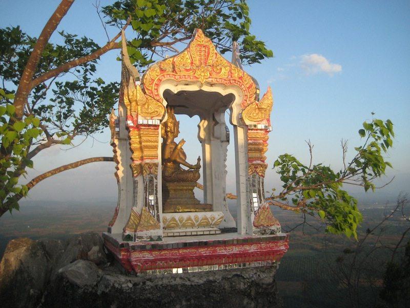Und auch hier wie so oft in Thailand - ein kleiner Altar im Tempel