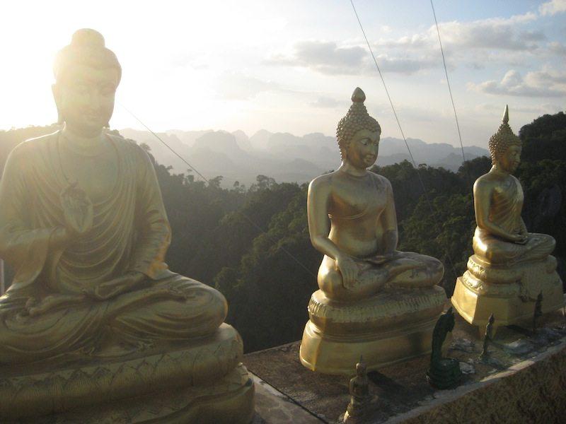 Goldene Buddhastatuen strahlen Ruhe aus