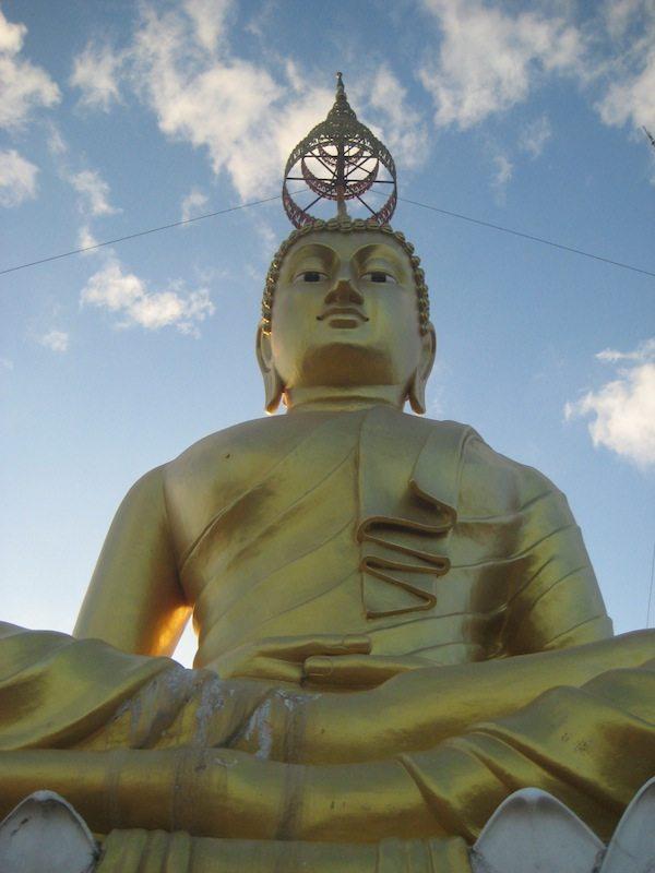 Herzstueck des Tiger Cave Tempels: Goldene Buddhastatue im Schneidersitz