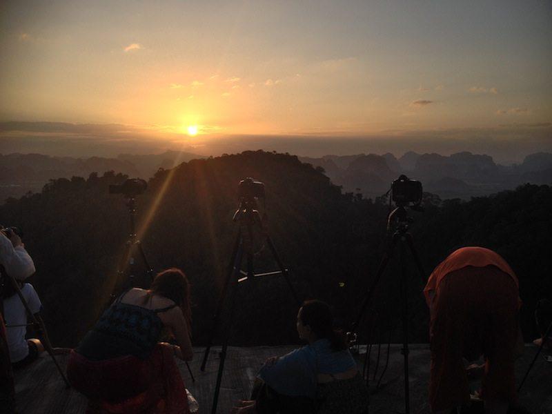 Die paar Touristen lenkten nicht zu sehr vom Sonnenuntergang ueber Krabi ab