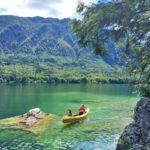 Ein Kanu auf dem Bohinjer See in Slowenien