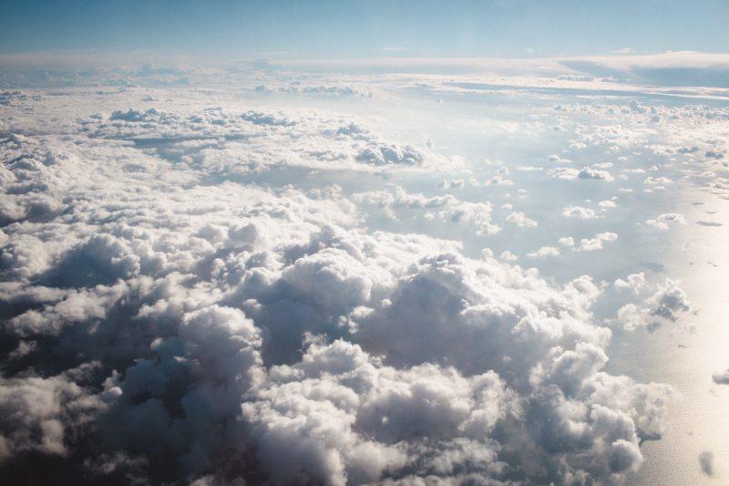 Über den Wolken auf dem Flug nach Bergen