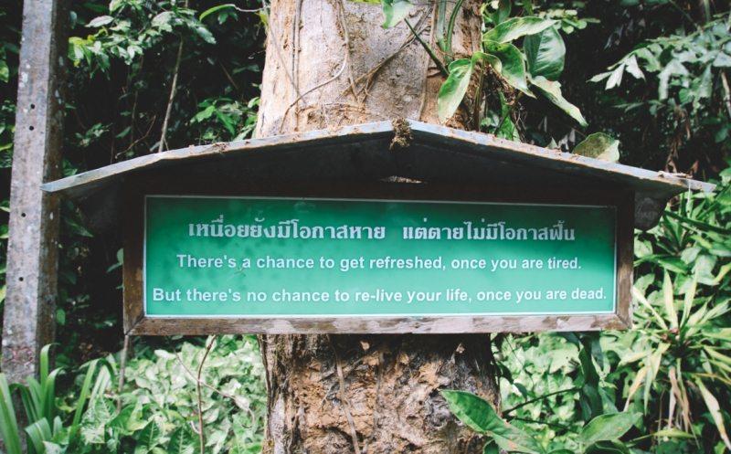 Buddhistische Weisheiten auf dem Weg hoch zum Wat Tham Pha Phlong