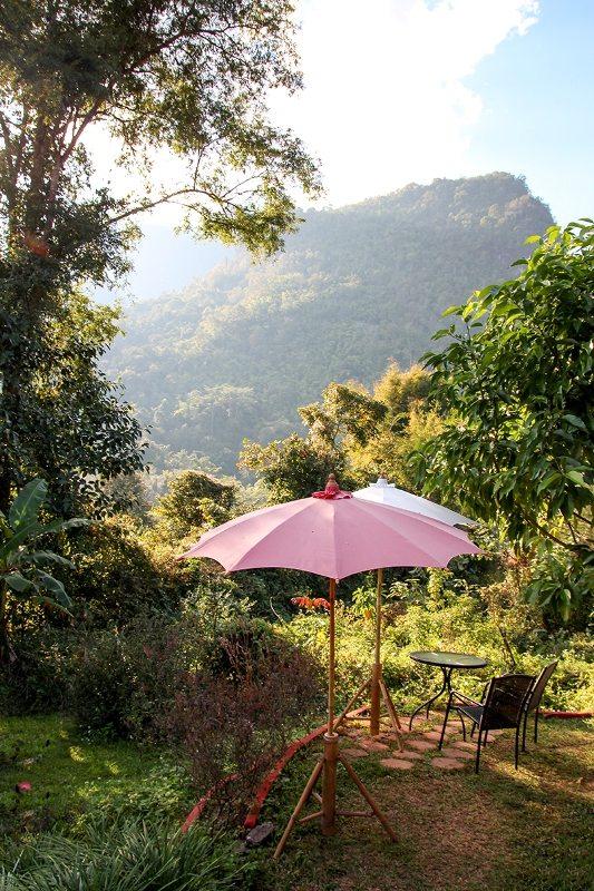 Der Garten von Chiang Dao Roundhouses in Thailand