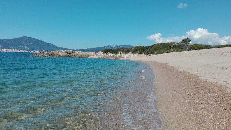 Am Strand in Porticcio beim Tour de Capitello an der Westkueste Korsikas