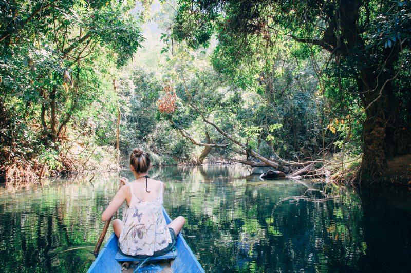 paddeln durch kleine kanaele in kong lor