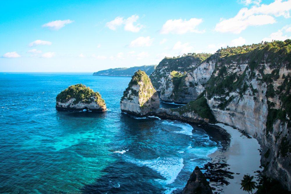 Klippen beim Atuh Beach - Sehenswürdigkeit auf Nusa Penida - Bali Backpacking Route