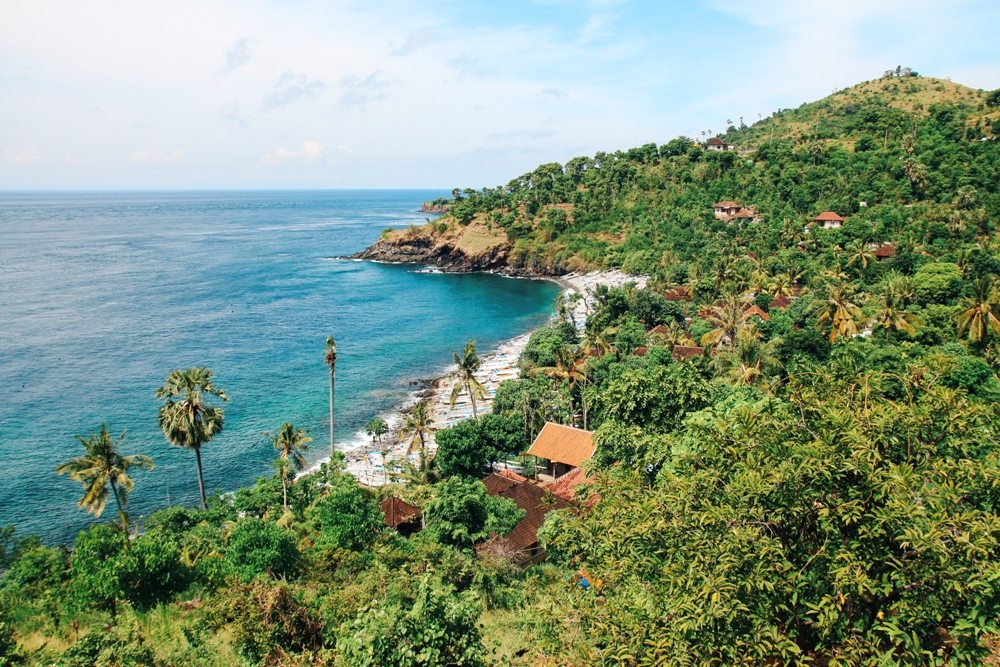Schöner Strand in Amed im Nordosten Balis