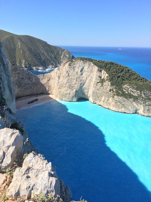 Der Shipwreck Beach gehört auf jeden Fall zu den schoensten Orten auf Zakynthos - aber möglichst früh morgens