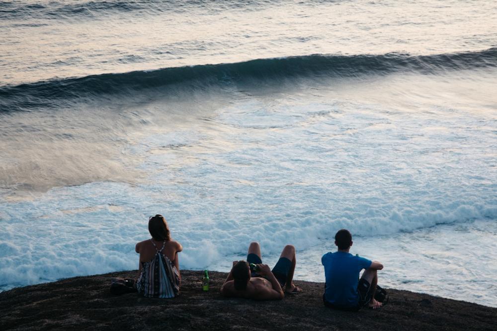 Backpacker beim Sonnenuntergang in der Nähe vom Tanjung Aan bei Kuta Lombok