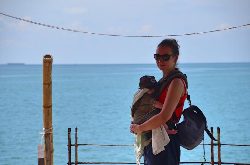 So Praktisch - Baby in der Trage beim Backpacking an der Westküste Malaysias