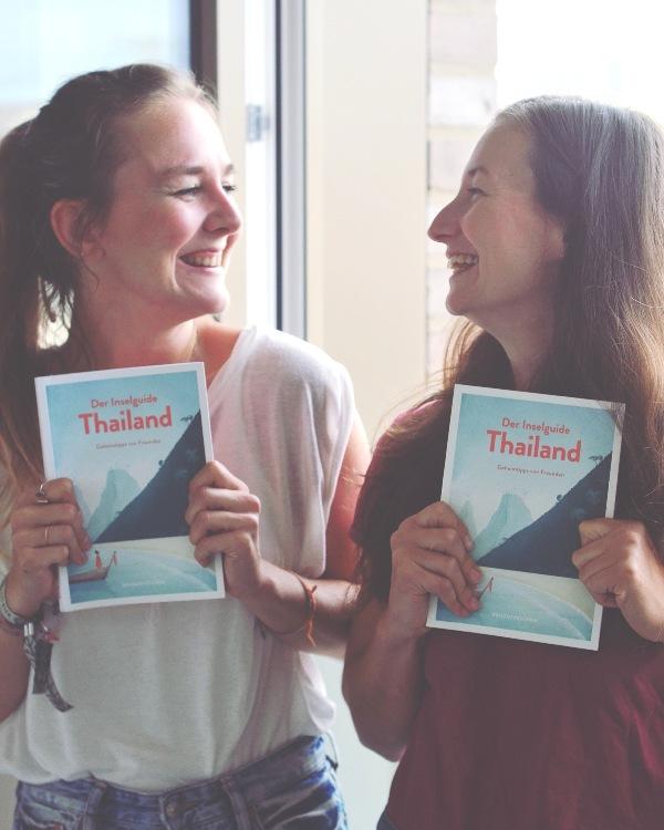 Elisa und Sina mit dem Inselbuch über Thailand