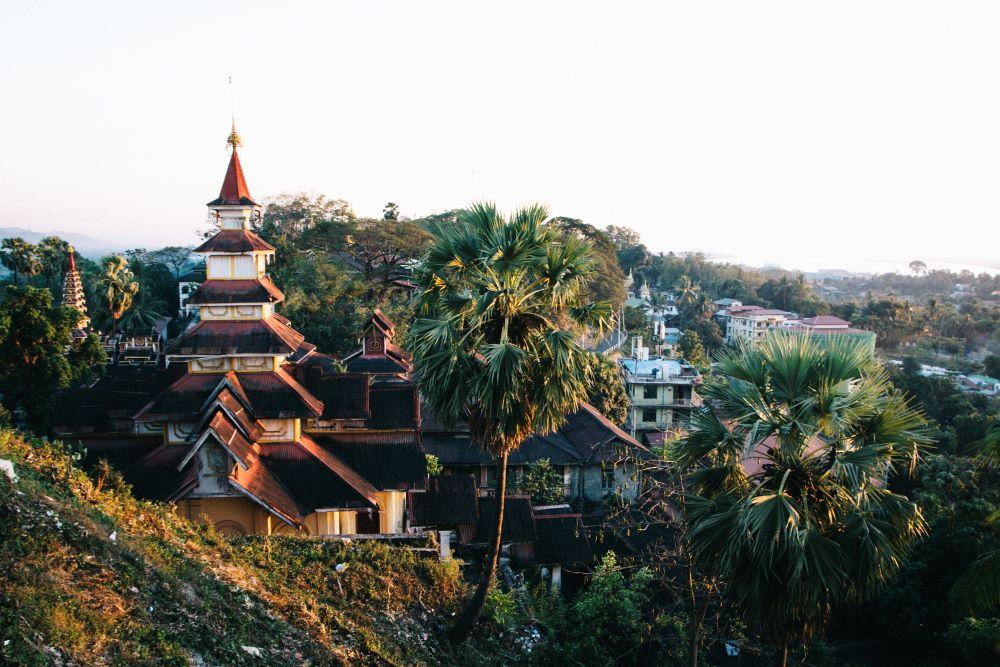 Blick von der Pagode über Mawlamyaing auf unserer Myanmar Backpacking Route