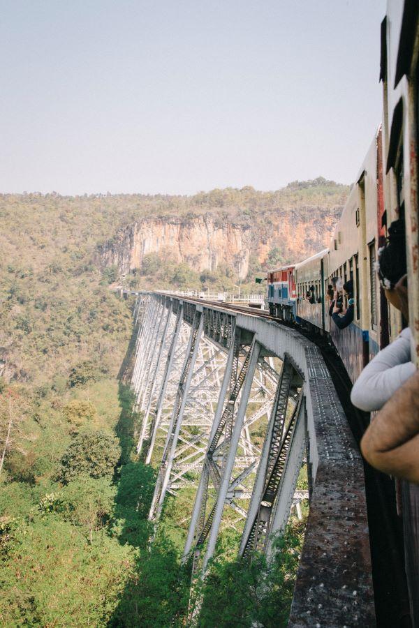 Zugfahrt über das Gokteik Viadukt auf unserer Myanmar Backpacking Route
