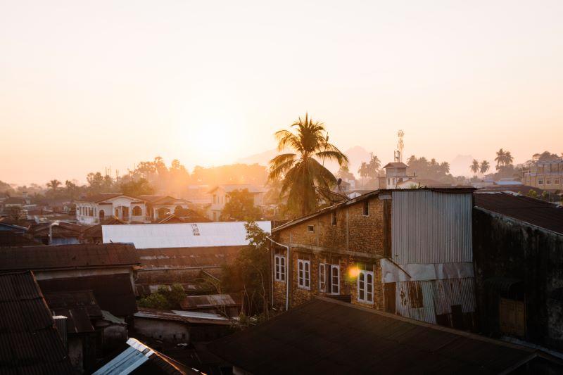 Pha-An war ein Highlight auf unserer Myanmar Backpacking Route - der Blick von unserer Dachterrasse