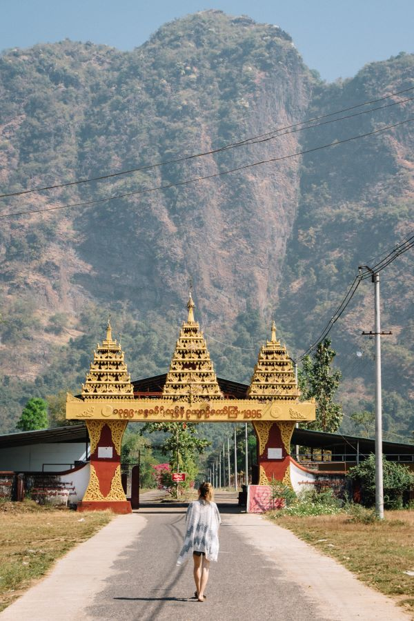 Der Mount Zwe Kabin von unten bei Hpa-An Myanmar Backpacking Route