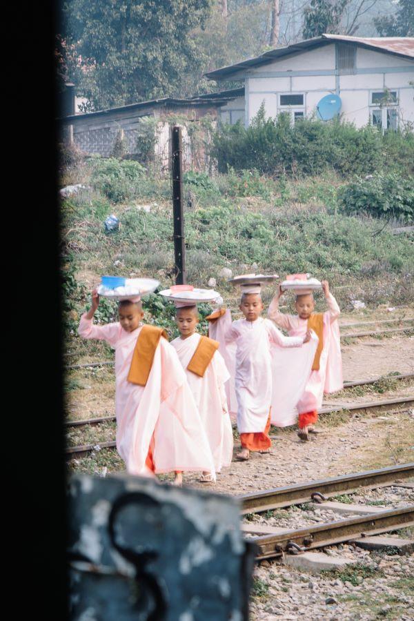 Mönche in Pyin u Luwin auf unserer Myanmar Backpacking Route