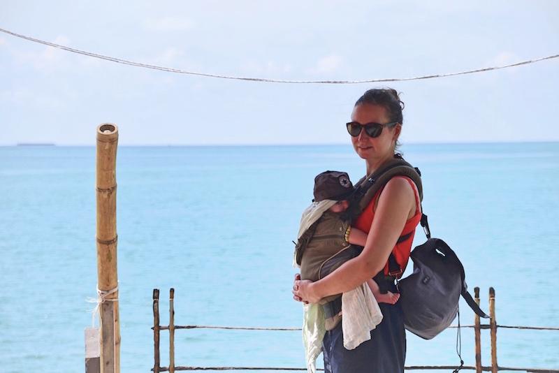 Oben auf der Packliste für eine Fernreise mit Baby steht die Trage, für entspanntes Backpacking