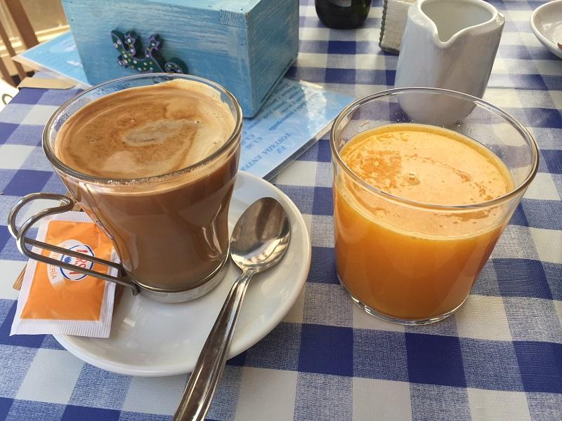 Frischer O-Saft und Kaffee in Spanien