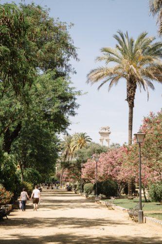 Sevilla Geheimtipp: Siesta im Parque de Maria Luisa unter Orangenbäumen
