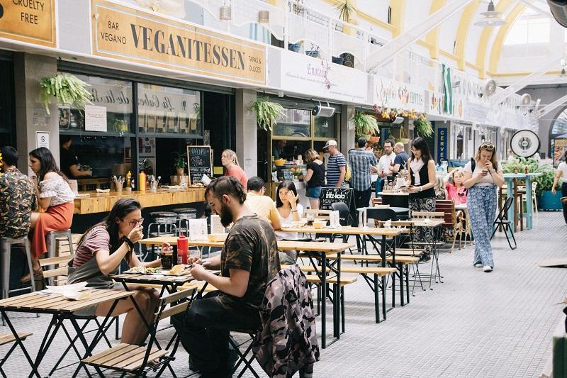 Sevilla Geheimtipps vegetarisch und vegan essen bei den Veganitessen im Mercado EL Arenal