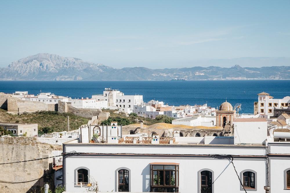 Andalusien auf eigene Faust - Dachterrasse mit Blick auf Marokko in Tarifa