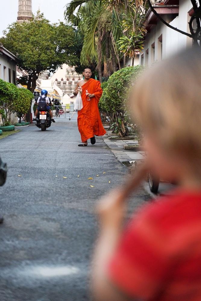 Chilliger Ausflug zum Tempel mit Kind in Bangkok