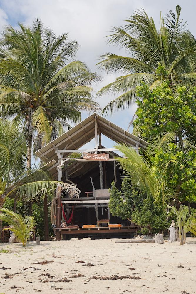 Schönes Beachlife mit Bungalows am Strand von Koh Phangan am Baan Tai Beach